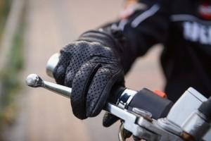 Gants obligatoire à moto