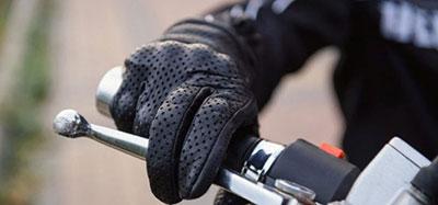 Le port des gants à moto devient obligatoire ce dimanche